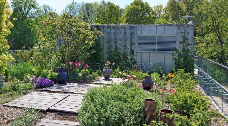Το αγροτικό ναυπηγείο κοντά σε ένα υπόστεγο σιδήρου είναι διακοσμημένο με το blossomin στοκ φωτογραφία με δικαίωμα ελεύθερης χρήσης