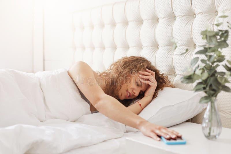 Το αγχωτικό νέο θηλυκό δεν έχει αρκετό ύπνο, που είναι στην απελπισία όπως στοκ εικόνες