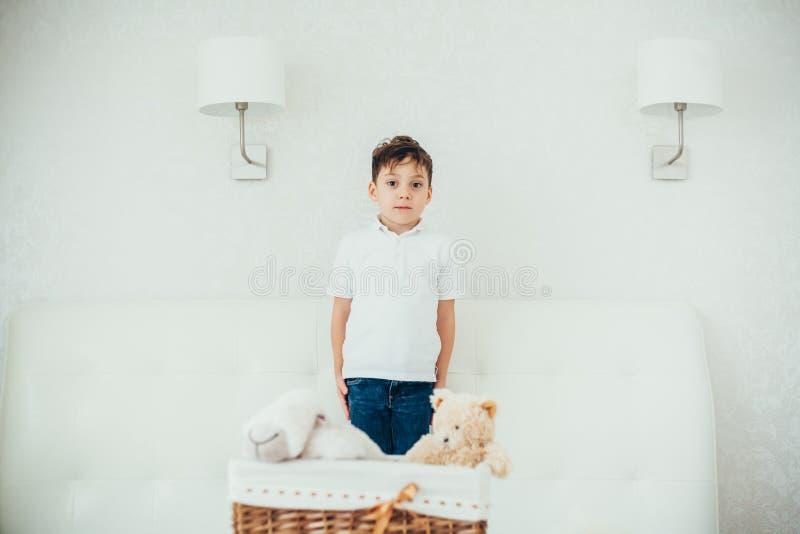 Το αγόρι έκρυψε πίσω από ένα καλάθι με τα μαλακά παιχνίδια στοκ φωτογραφίες