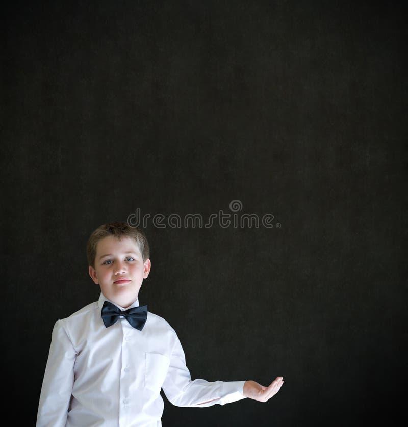 Το αγόρι έντυσε επάνω ως εκμετάλλευση επιχειρηματιών τίποτα σε ετοιμότητα κοίλο στοκ φωτογραφία
