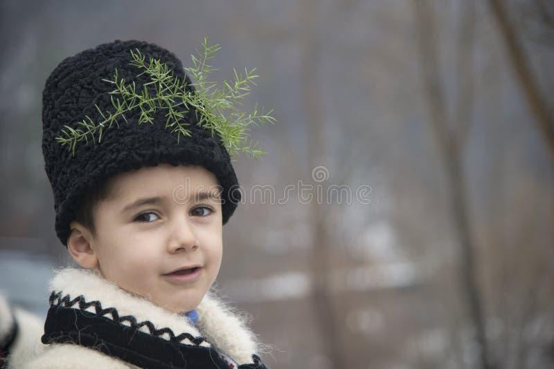 Το αγόρι έντυσε στα χειμερινά παραδοσιακά ρουμανικά ενδύματα στοκ φωτογραφία