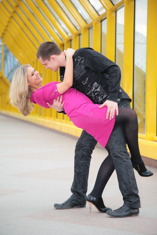 το αγόρι αγκαλιάζει το κορίτσι στοκ φωτογραφία με δικαίωμα ελεύθερης χρήσης