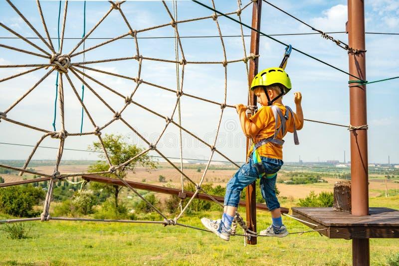Το αγόρι αναρριχείται στα σχοινιά, είναι ένας ακραίος αθλητισμός στοκ φωτογραφία με δικαίωμα ελεύθερης χρήσης