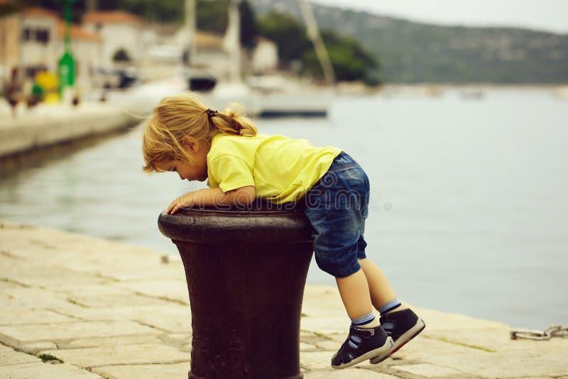 Το αγόρι αναρριχείται στο bitt στοκ φωτογραφίες με δικαίωμα ελεύθερης χρήσης