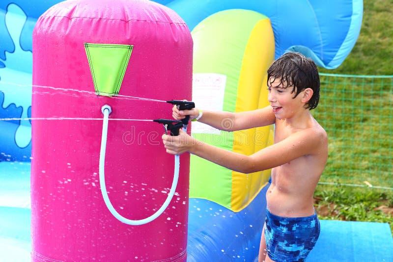 Το αγόρι απολαμβάνει το υπαίθριο πάρκο θερινού νερού στοκ εικόνες με δικαίωμα ελεύθερης χρήσης