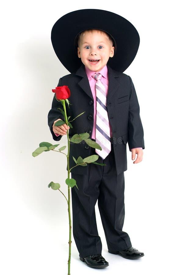 το αγόρι αυξήθηκε χαμογελώντας στοκ φωτογραφίες