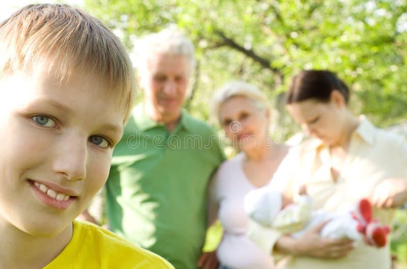 Το αγόρι είναι στην ανασκόπηση της οικογένειας στοκ εικόνες