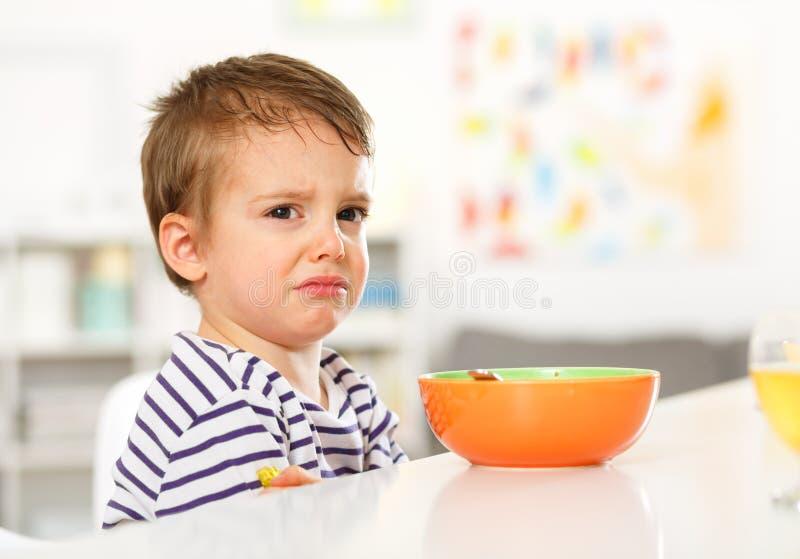 Το αγόρι δεν θέλει να φάει στοκ φωτογραφίες με δικαίωμα ελεύθερης χρήσης
