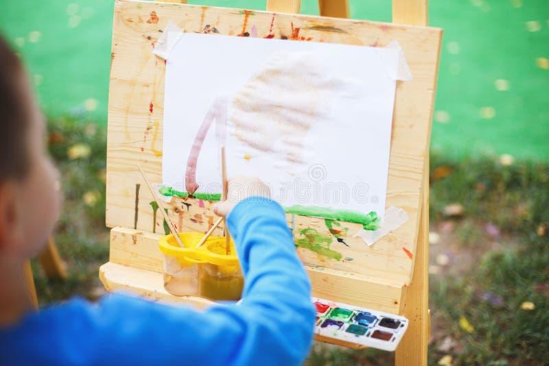 Το αγόρι επισύρει την προσοχή easel στοκ φωτογραφία με δικαίωμα ελεύθερης χρήσης