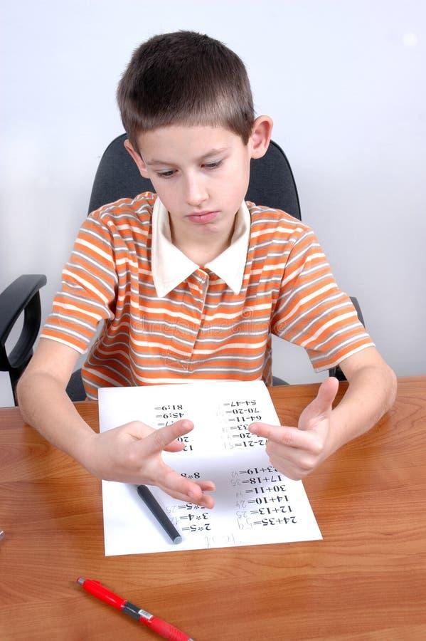 το αγόρι κάνει τη δοκιμή math τ&omi στοκ εικόνα με δικαίωμα ελεύθερης χρήσης