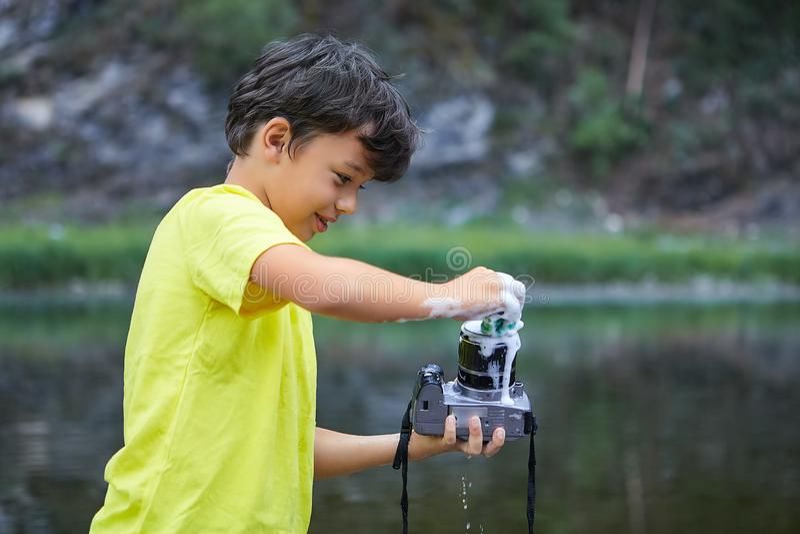 Το αγόρι καθαρίζει τη κάμερα με τον αφρό στοκ φωτογραφίες με δικαίωμα ελεύθερης χρήσης