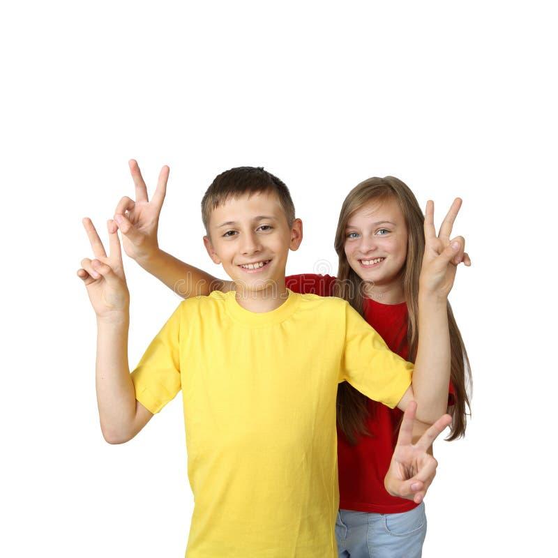 Το αγόρι και το κορίτσι παρουσιάζουν νίκη στοκ εικόνα