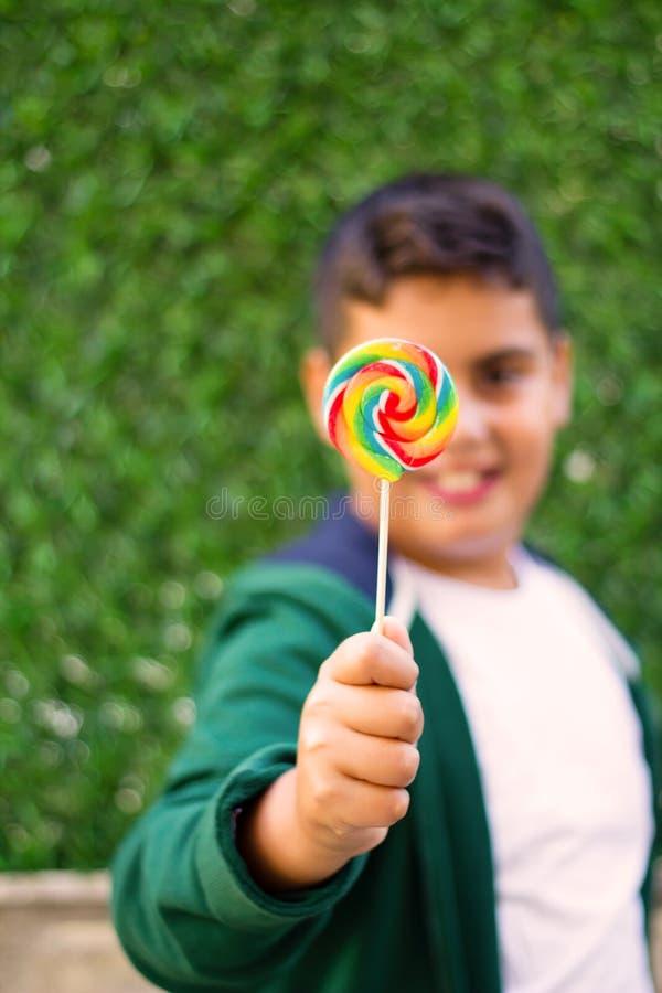 Το αγόρι κρατά ένα Lollipop στοκ φωτογραφία με δικαίωμα ελεύθερης χρήσης