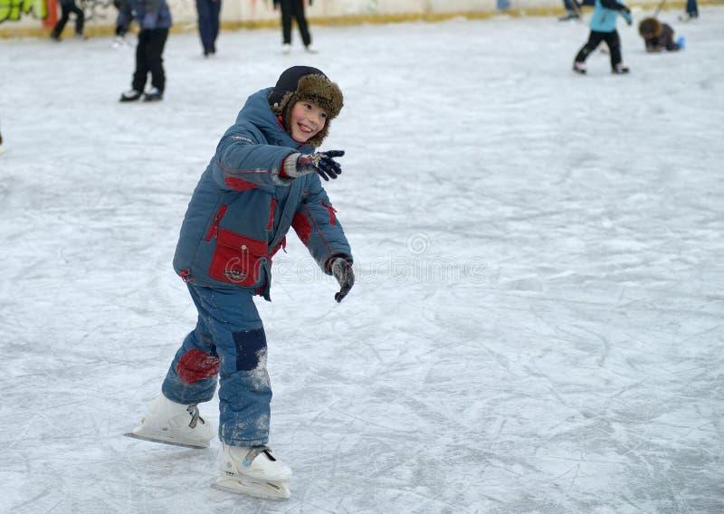 Το αγόρι μαθαίνει να κάνει πατινάζ στον πάγο στοκ εικόνες με δικαίωμα ελεύθερης χρήσης