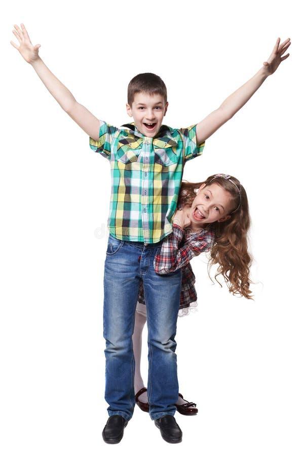 Το αγόρι με αυξημένος παραδίδει το ζωηρόχρωμο πουκάμισο και τα τιτιβίσματα στοκ φωτογραφίες