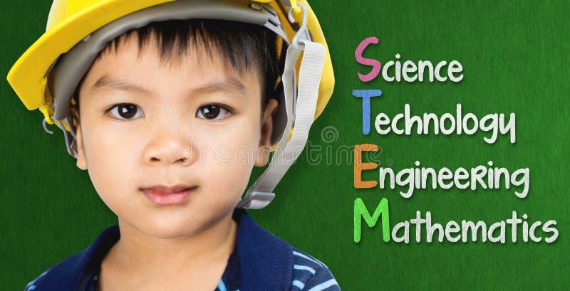 Το αγόρι μηχανικών μελετά την εκπαίδευση ΜΙΣΧΩΝ στοκ φωτογραφία με δικαίωμα ελεύθερης χρήσης