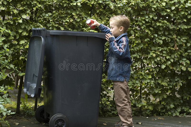 το αγόρι μπορεί trashing στοκ φωτογραφία