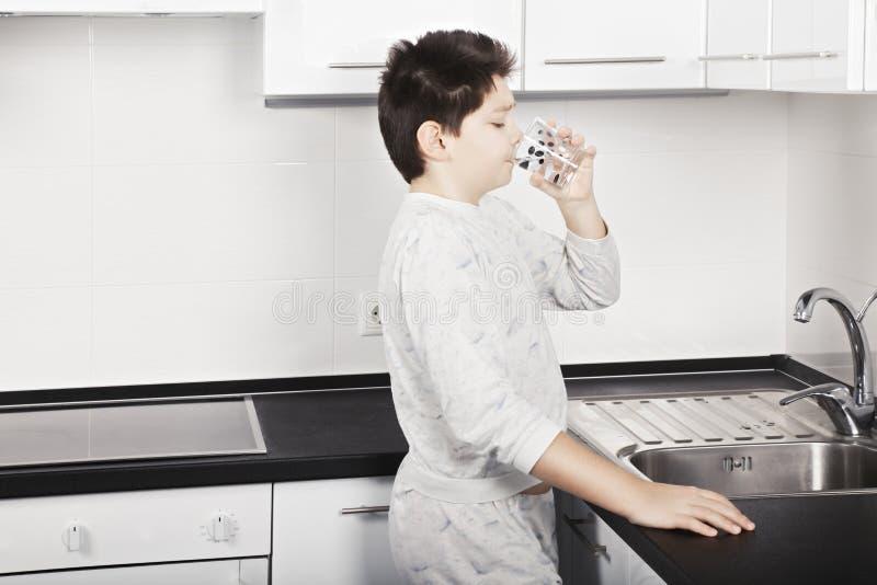 το αγόρι πίνει το ύδωρ στοκ εικόνες