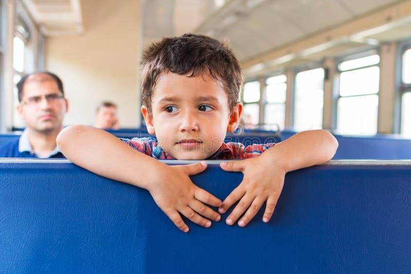 Το αγόρι πηγαίνει στο τραίνο στοκ εικόνα