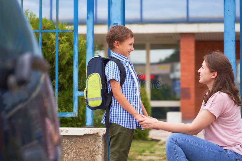 Το αγόρι το πρωί, πηγαίνει στο σχολείο στοκ εικόνα