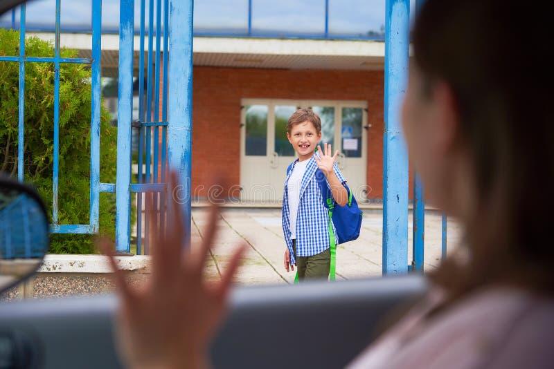 Το αγόρι το πρωί, πηγαίνει στο σχολείο στοκ εικόνες