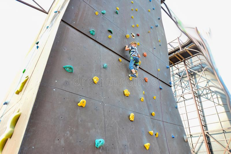 Το αγόρι στους πύργους των ορειβατών βράχου, υπερνικά τα εμπόδια σε ένα ακραίο πάρκο στοκ φωτογραφία με δικαίωμα ελεύθερης χρήσης