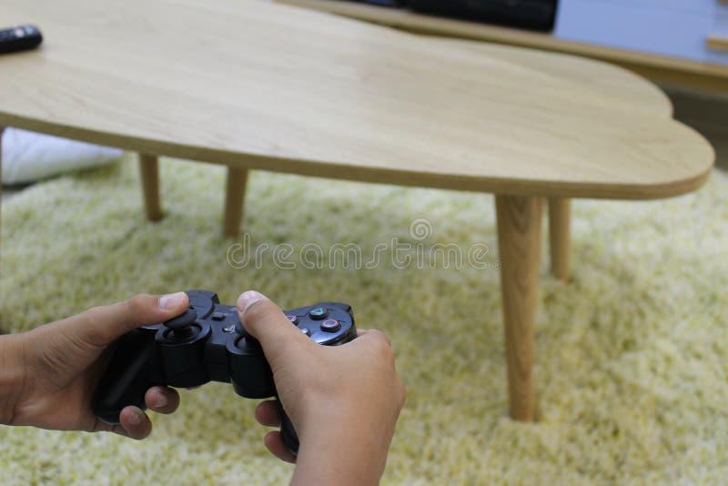 Το αγόρι ` s δίνει το παίζοντας τηλεοπτικό παιχνίδι στοκ φωτογραφίες με δικαίωμα ελεύθερης χρήσης