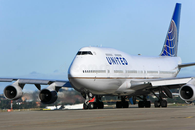 το αεριωθούμενο αεροπλάνο Boeing 747 αερογραμμών tarmac ένωσε στοκ εικόνες