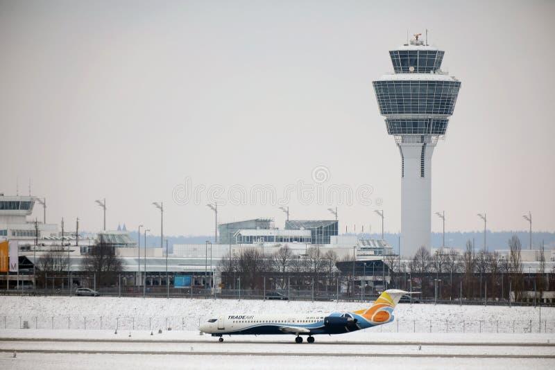 Το αεροπλάνο εμπορικού αέρα παίρνει έτοιμο για την απογείωση στοκ φωτογραφία με δικαίωμα ελεύθερης χρήσης