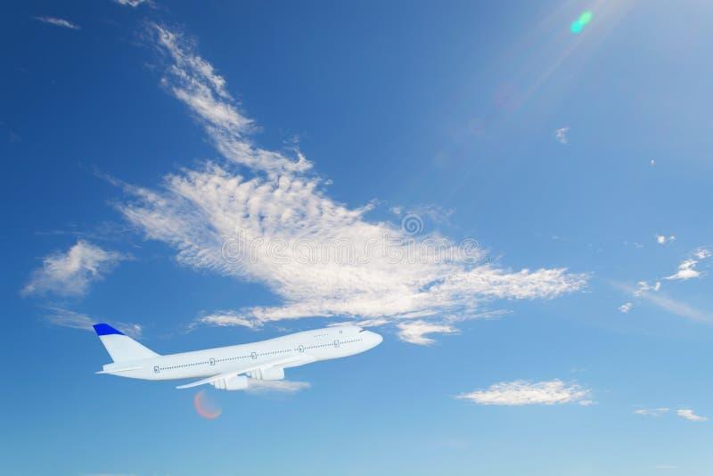 Το αεροπλάνο πετά στον ουρανό με το φωτεινότερο καιρό του θερινή περίοδο στοκ εικόνες