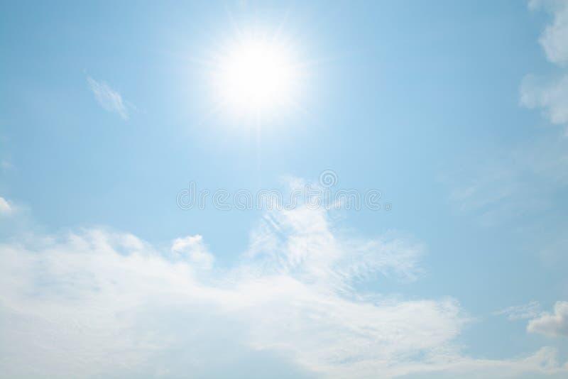 Το αεροπλάνο πετά στον ουρανό με το φωτεινότερο καιρό στοκ φωτογραφία με δικαίωμα ελεύθερης χρήσης