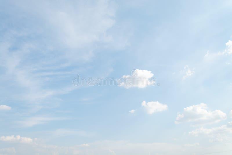 Το αεροπλάνο πετά στον ουρανό με το φωτεινότερο καιρό στοκ εικόνες
