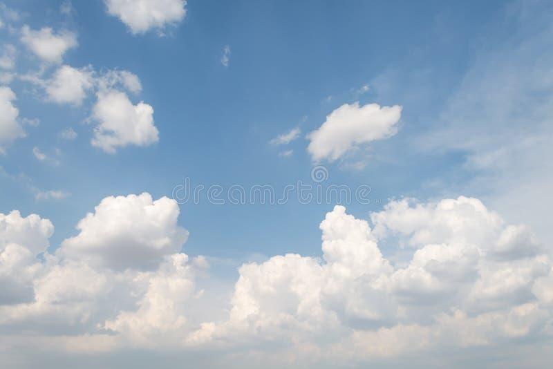 Το αεροπλάνο πετά στον ουρανό με το φωτεινότερο καιρό στοκ εικόνα