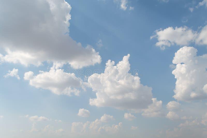 Το αεροπλάνο πετά στον ουρανό με το φωτεινότερο καιρό στοκ εικόνα με δικαίωμα ελεύθερης χρήσης