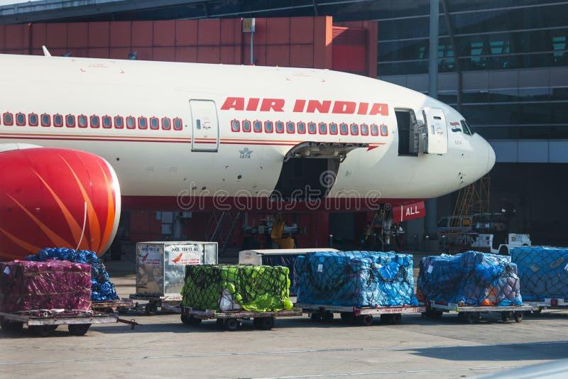 Το αεροπλάνο της αερογραμμής της Ινδίας αέρα στέκεται στη φόρτωση στον αερολιμένα του Δ στοκ φωτογραφίες με δικαίωμα ελεύθερης χρήσης