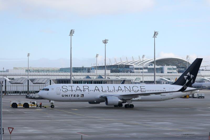 Το αεροπλάνο των United Airlines συμμαχίας αστεριών, ωθεί πίσω το ρυμουλκό στον αερολιμένα του Μόναχου, MUC στοκ φωτογραφίες