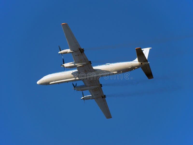 Το αεροπλάνο. Ρωσικά turboprop αεροσκάφη IL-18 επιβατών κατά την πτήση. στοκ εικόνα