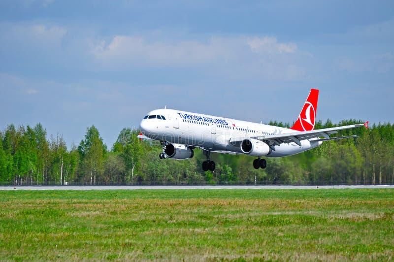 Το αεροπλάνο airbus της Turkish Airlines ΔΙΚΟΣ ΣΟΥ A321 προσγειώνεται στο διάδρομο στο διεθνή αερολιμένα Pulkovo στην Άγιος-Πετρο στοκ εικόνες με δικαίωμα ελεύθερης χρήσης
