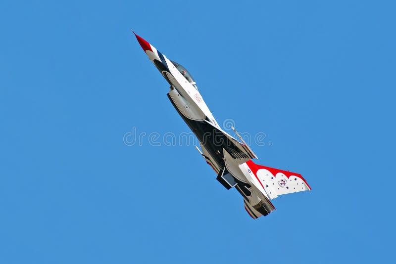 Το αεροπλάνο Thunderbird σε έναν αέρα παρουσιάζει στοκ εικόνα με δικαίωμα ελεύθερης χρήσης