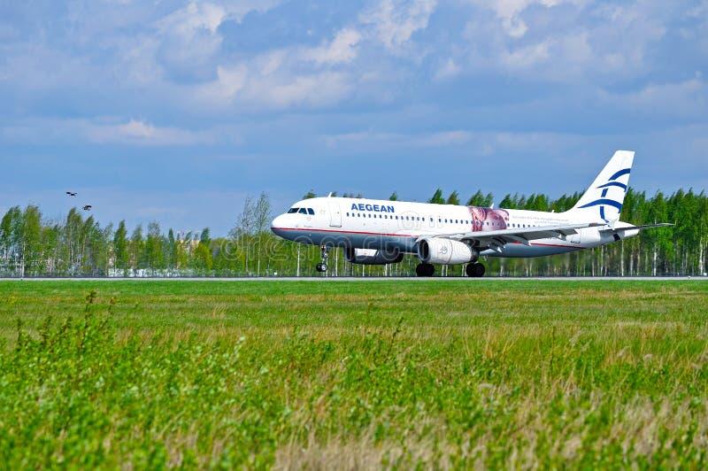 Το αιγαίο αεροσκάφος airbus αερογραμμών A320 οδηγά στο διάδρομο μετά από την άφιξη στο διεθνή αερολιμένα Pulkovo στην Άγιος-Πετρο στοκ εικόνα