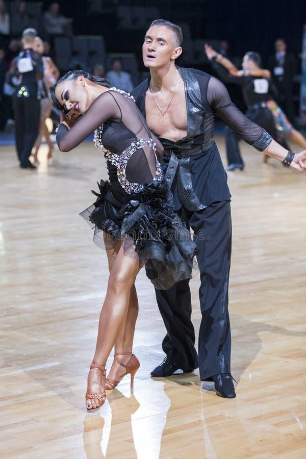 Το αισθησιακό ρομαντικό ζεύγος χορού εκτελεί το λατινοαμερικάνικο πρόγραμμα νεολαίας στοκ φωτογραφία με δικαίωμα ελεύθερης χρήσης