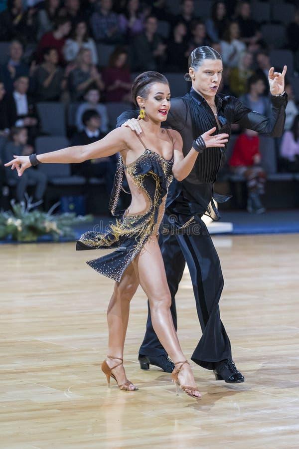 Το αισθησιακό ρομαντικό ζεύγος χορού εκτελεί το λατινοαμερικάνικο πρόγραμμα νεολαίας στοκ εικόνες