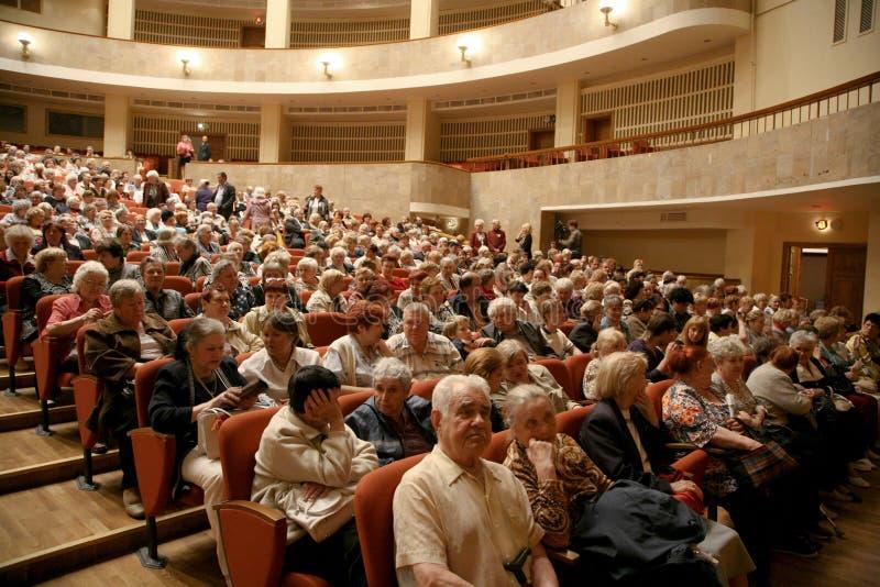 Το ακροατήριο μουσικής απόδοσης - οι συνταξιούχοι, οι ηλικιωμένοι παλαίμαχοι του δεύτερου παγκόσμιου πολέμου και οι συγγενείς του στοκ φωτογραφίες με δικαίωμα ελεύθερης χρήσης