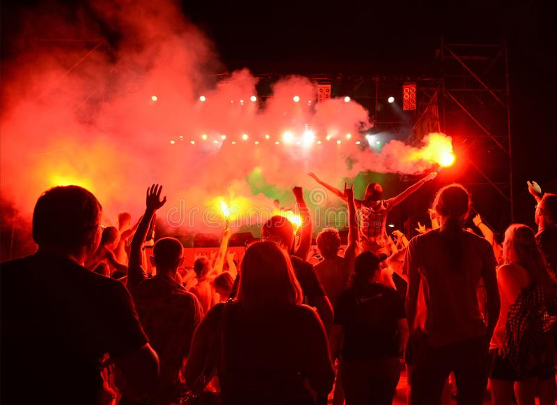 Το ακροατήριο που προσέχει τη συναυλία στη σκηνή μια υπαίθρια συναυλία στοκ εικόνα με δικαίωμα ελεύθερης χρήσης