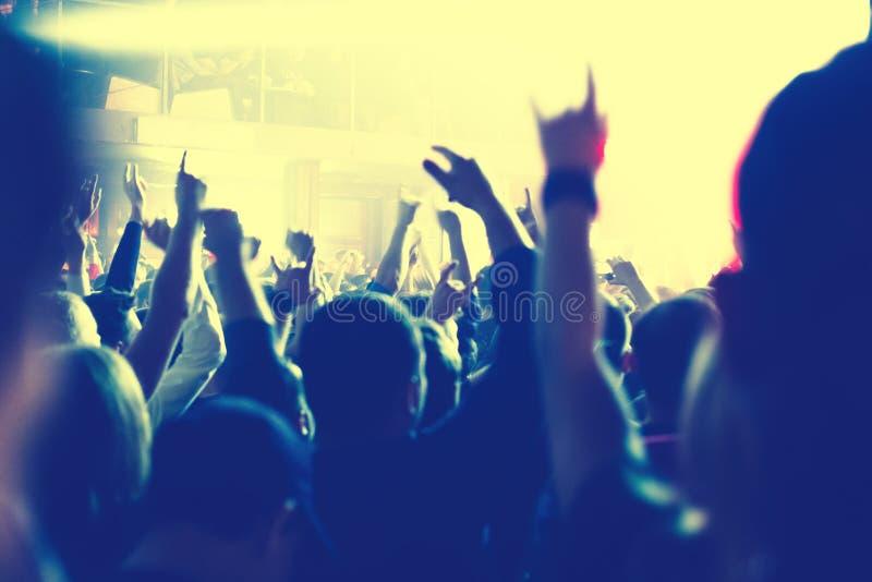 Το ακροατήριο που προσέχει τη συναυλία στη σκηνή στοκ φωτογραφία