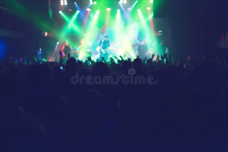 Το ακροατήριο που προσέχει τη συναυλία στη σκηνή στοκ εικόνα