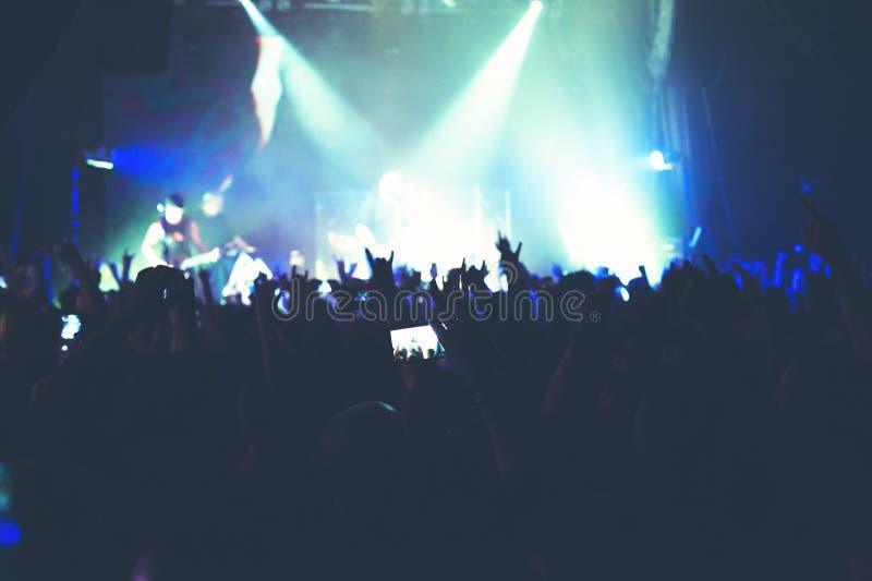 Το ακροατήριο που προσέχει τη συναυλία στη σκηνή στοκ εικόνα με δικαίωμα ελεύθερης χρήσης