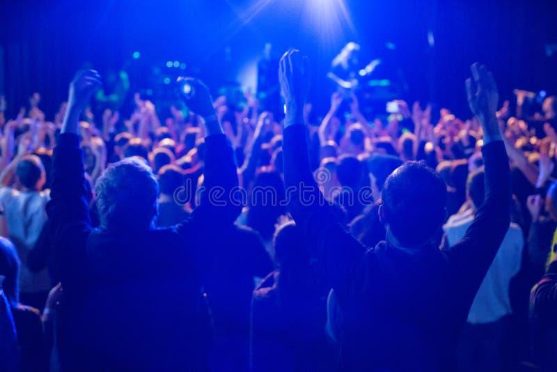 Το ακροατήριο που προσέχει τη συναυλία στη σκηνή στοκ φωτογραφίες