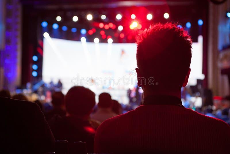 Το ακροατήριο που προσέχει τη συναυλία στη σκηνή στοκ εικόνες με δικαίωμα ελεύθερης χρήσης