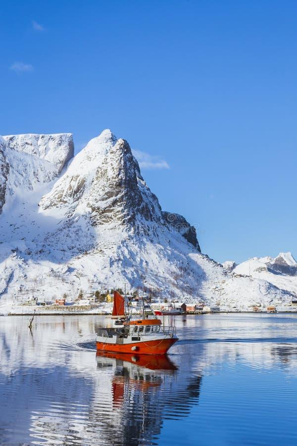 Το αλιευτικό σκάφος πλησιάζει την ακτή μετά από μια εργάσιμη ημέρα, ένας όμορφος κόλπος θάλασσας στοκ φωτογραφίες με δικαίωμα ελεύθερης χρήσης